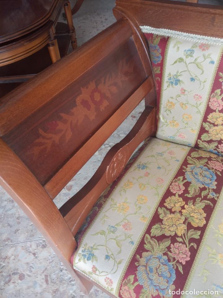 Antigüedades: Precioso sillón isabelino de madera noble con incrustaciones y tapizado floral. - Foto 2 - 254571935