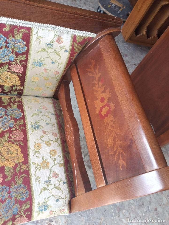 Antigüedades: Precioso sillón isabelino de madera noble con incrustaciones y tapizado floral. - Foto 5 - 254571935