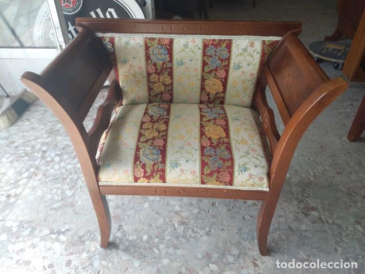 Antigüedades: Precioso sillón isabelino de madera noble con incrustaciones y tapizado floral. - Foto 8 - 254571935