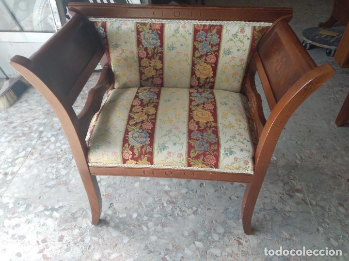 Antigüedades: Precioso sillón isabelino de madera noble con incrustaciones y tapizado floral. - Foto 9 - 254571935
