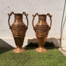 Antigüedades: PAREJA DE PRECIOSOS JARRONES DE BRONCE DECORADOS. Lote 254599800