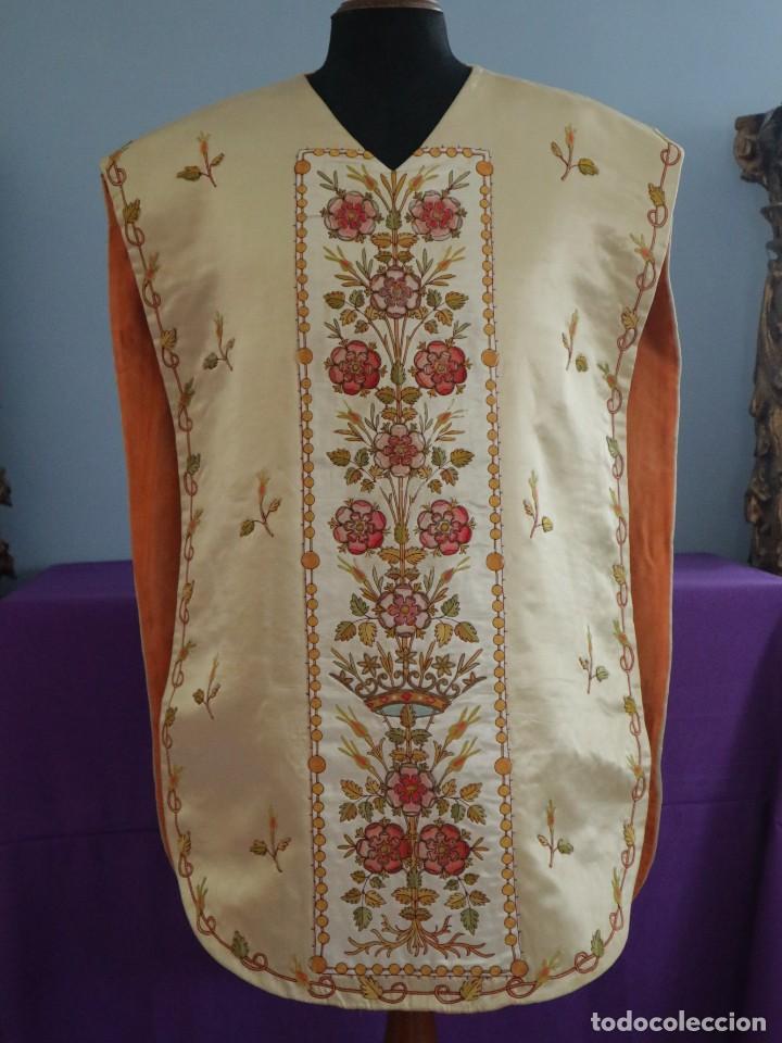 Antigüedades: Casulla y estola confeccionadas en seda bordada. Hacia 1900. - Foto 2 - 254631550