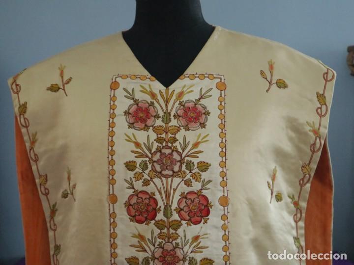 Antigüedades: Casulla y estola confeccionadas en seda bordada. Hacia 1900. - Foto 3 - 254631550