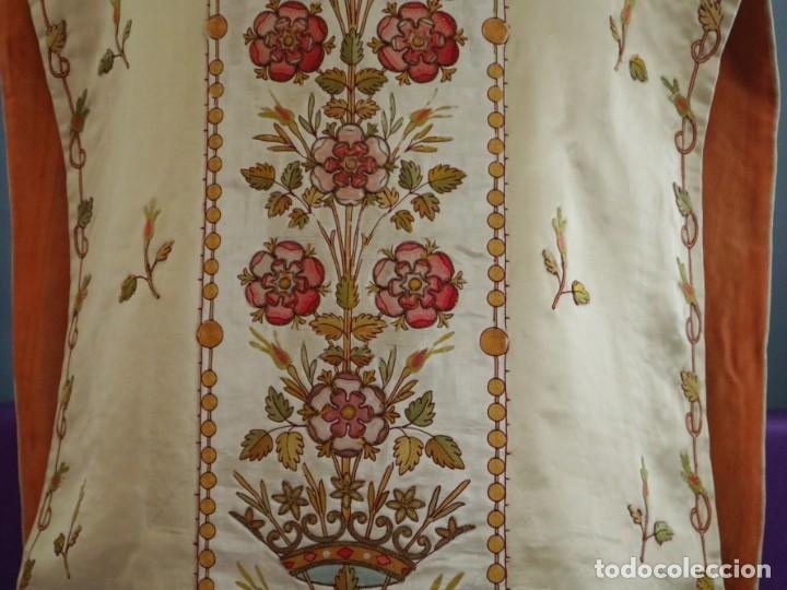 Antigüedades: Casulla y estola confeccionadas en seda bordada. Hacia 1900. - Foto 4 - 254631550