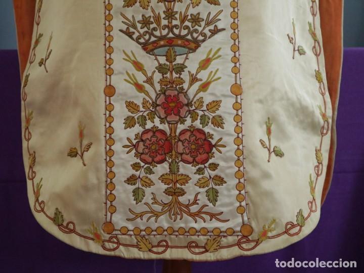 Antigüedades: Casulla y estola confeccionadas en seda bordada. Hacia 1900. - Foto 5 - 254631550