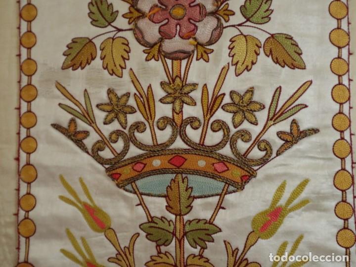 Antigüedades: Casulla y estola confeccionadas en seda bordada. Hacia 1900. - Foto 6 - 254631550
