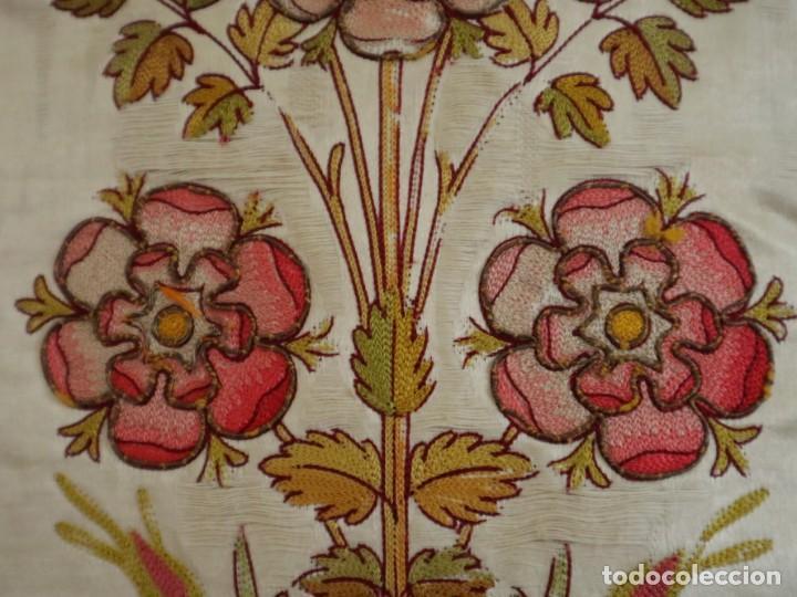 Antigüedades: Casulla y estola confeccionadas en seda bordada. Hacia 1900. - Foto 7 - 254631550