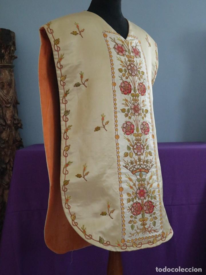 Antigüedades: Casulla y estola confeccionadas en seda bordada. Hacia 1900. - Foto 8 - 254631550