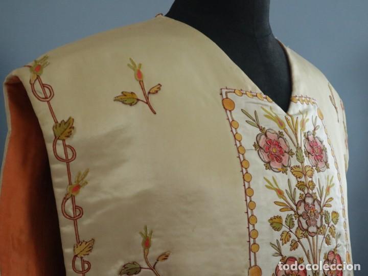 Antigüedades: Casulla y estola confeccionadas en seda bordada. Hacia 1900. - Foto 9 - 254631550