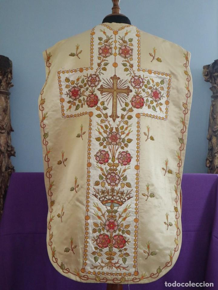 Antigüedades: Casulla y estola confeccionadas en seda bordada. Hacia 1900. - Foto 10 - 254631550