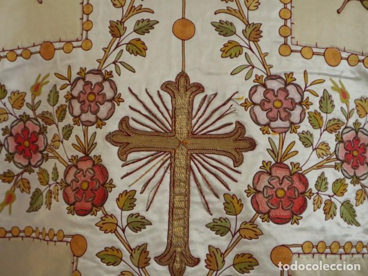Antigüedades: Casulla y estola confeccionadas en seda bordada. Hacia 1900. - Foto 12 - 254631550