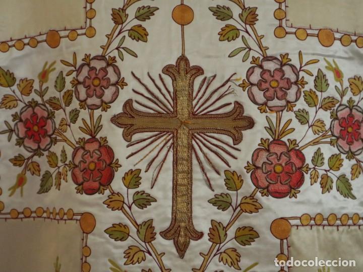 Antigüedades: Casulla y estola confeccionadas en seda bordada. Hacia 1900. - Foto 13 - 254631550
