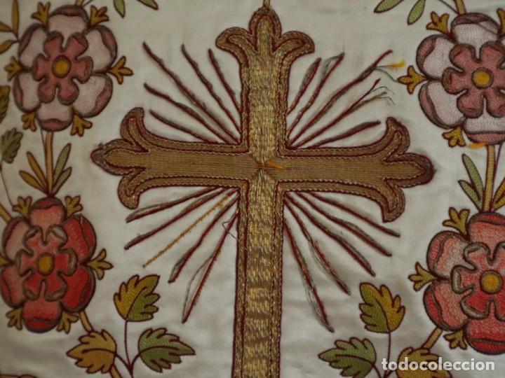 Antigüedades: Casulla y estola confeccionadas en seda bordada. Hacia 1900. - Foto 14 - 254631550
