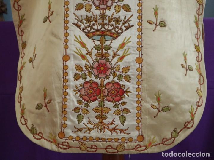 Antigüedades: Casulla y estola confeccionadas en seda bordada. Hacia 1900. - Foto 15 - 254631550