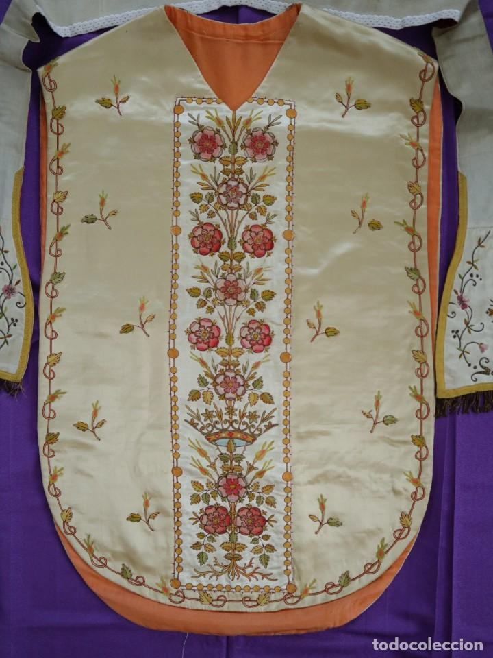 Antigüedades: Casulla y estola confeccionadas en seda bordada. Hacia 1900. - Foto 16 - 254631550