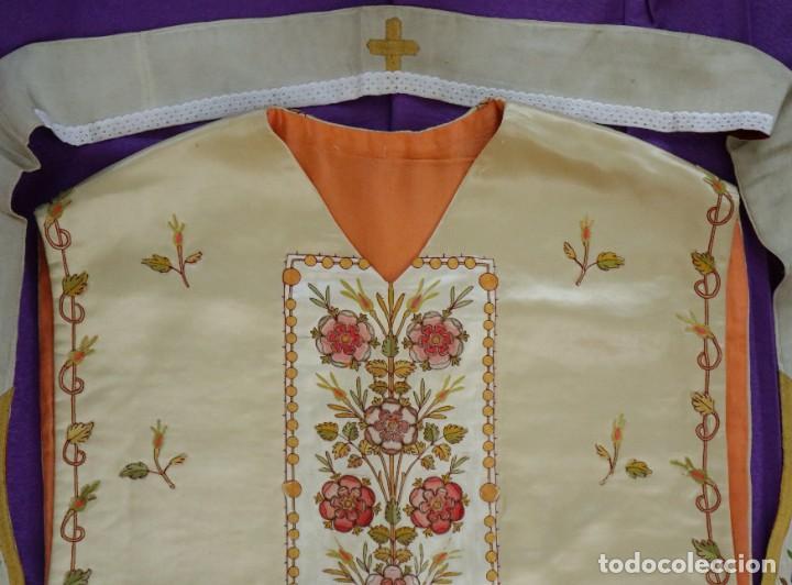 Antigüedades: Casulla y estola confeccionadas en seda bordada. Hacia 1900. - Foto 17 - 254631550