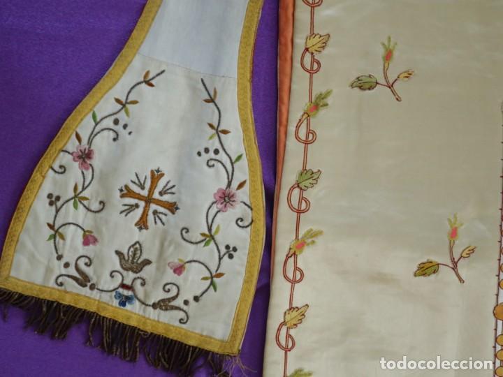 Antigüedades: Casulla y estola confeccionadas en seda bordada. Hacia 1900. - Foto 18 - 254631550