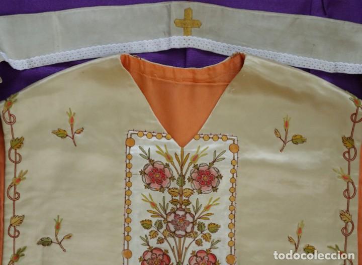Antigüedades: Casulla y estola confeccionadas en seda bordada. Hacia 1900. - Foto 19 - 254631550