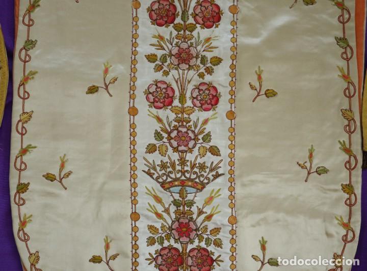 Antigüedades: Casulla y estola confeccionadas en seda bordada. Hacia 1900. - Foto 20 - 254631550