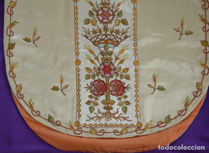 Antigüedades: Casulla y estola confeccionadas en seda bordada. Hacia 1900. - Foto 21 - 254631550