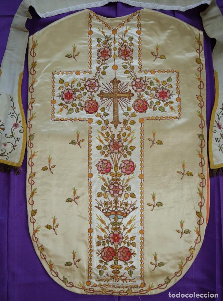 Antigüedades: Casulla y estola confeccionadas en seda bordada. Hacia 1900. - Foto 22 - 254631550