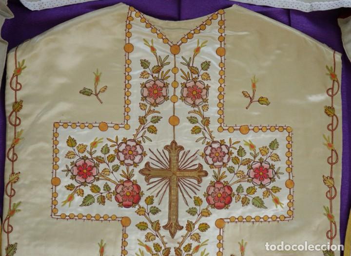 Antigüedades: Casulla y estola confeccionadas en seda bordada. Hacia 1900. - Foto 23 - 254631550