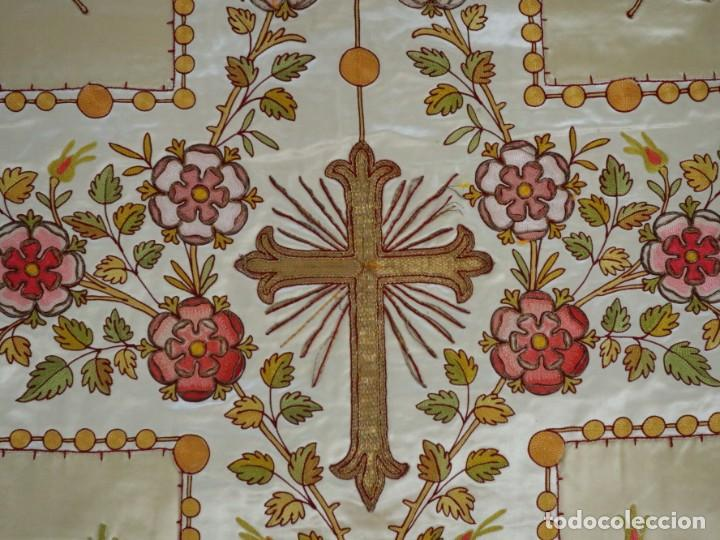 Antigüedades: Casulla y estola confeccionadas en seda bordada. Hacia 1900. - Foto 24 - 254631550