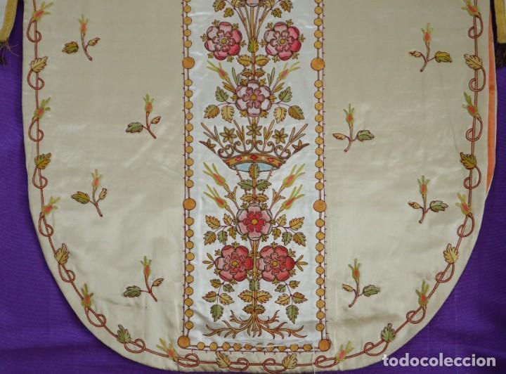 Antigüedades: Casulla y estola confeccionadas en seda bordada. Hacia 1900. - Foto 25 - 254631550