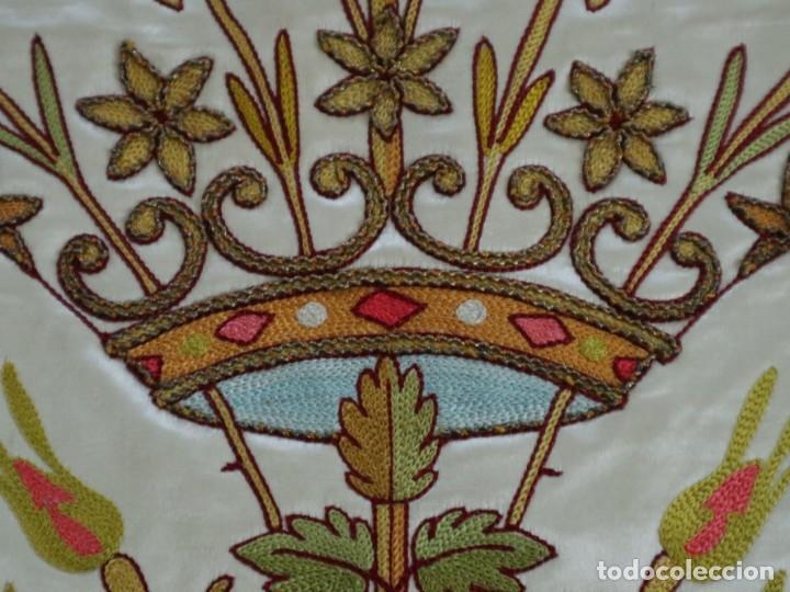 Antigüedades: Casulla y estola confeccionadas en seda bordada. Hacia 1900. - Foto 26 - 254631550