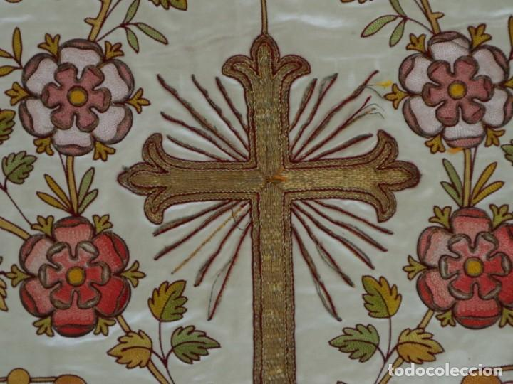 Antigüedades: Casulla y estola confeccionadas en seda bordada. Hacia 1900. - Foto 27 - 254631550