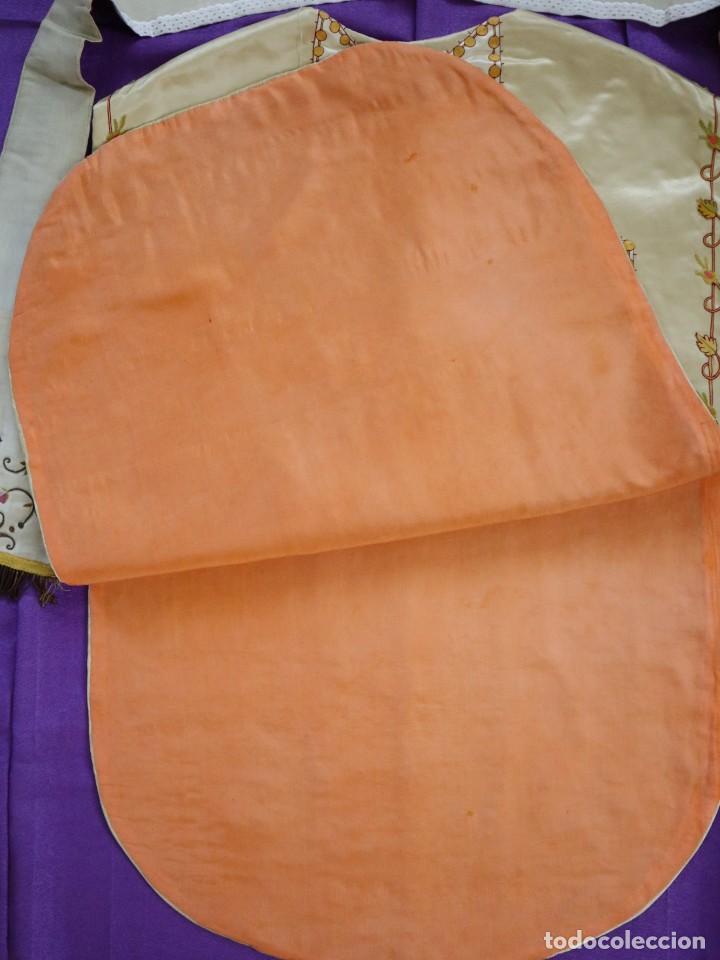 Antigüedades: Casulla y estola confeccionadas en seda bordada. Hacia 1900. - Foto 28 - 254631550