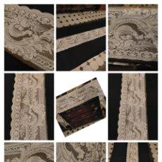 Antigüedades: MUY ANTIGUO ANCHO ENCAJE PAÑO ALTAR IGLESIA VER FALTAS 270 X 33 CM. Lote 254680795