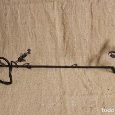 Antigüedades: TOALLERO BASTONERO DE HIERRO. Lote 254712825