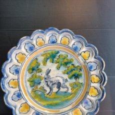 Antiquités: TALAVERA SASO ANTIGUO PLATO DIBUJO CONEJO 27 CM DIÁMETRO. Lote 254715545