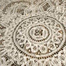 Antigüedades: TAPETE MANTEL ENCAJE HECHO A MANO (AÑOS 60) HILO ALGODÓN OVALADO 150X140 CM - PROCEDE DE SORIA. Lote 254745310