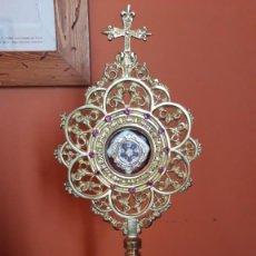 Antigüedades: RELICARIO BRONCE CON PEDRERIA S.XX CONTIENE 5 RELIQUIAS. Lote 254808490