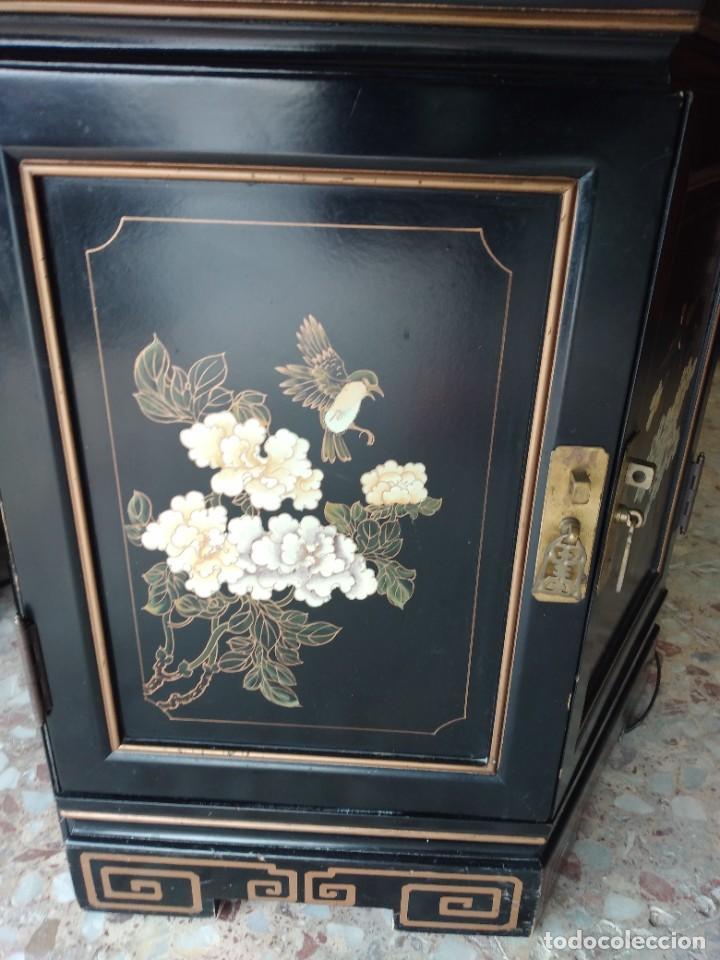 Antigüedades: EXTRAORDINARIA VITRINA CHINA EXAGONAL DE MADERA PINTADA A MANO,CON LUZ .laca china - Foto 15 - 254809195