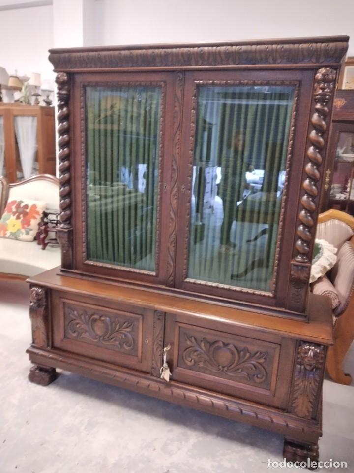 Antigüedades: Precioso vitrina isabelina de madera de roble macizo con cabezas y garras de león talladas. - Foto 2 - 254810050