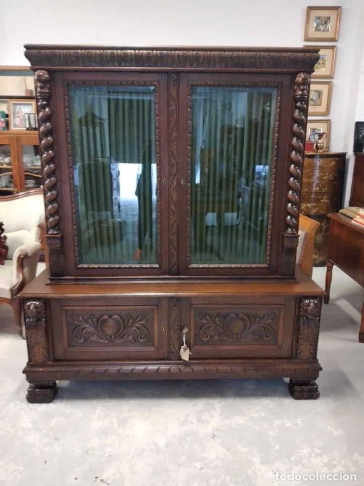 Antigüedades: Precioso vitrina isabelina de madera de roble macizo con cabezas y garras de león talladas. - Foto 3 - 254810050