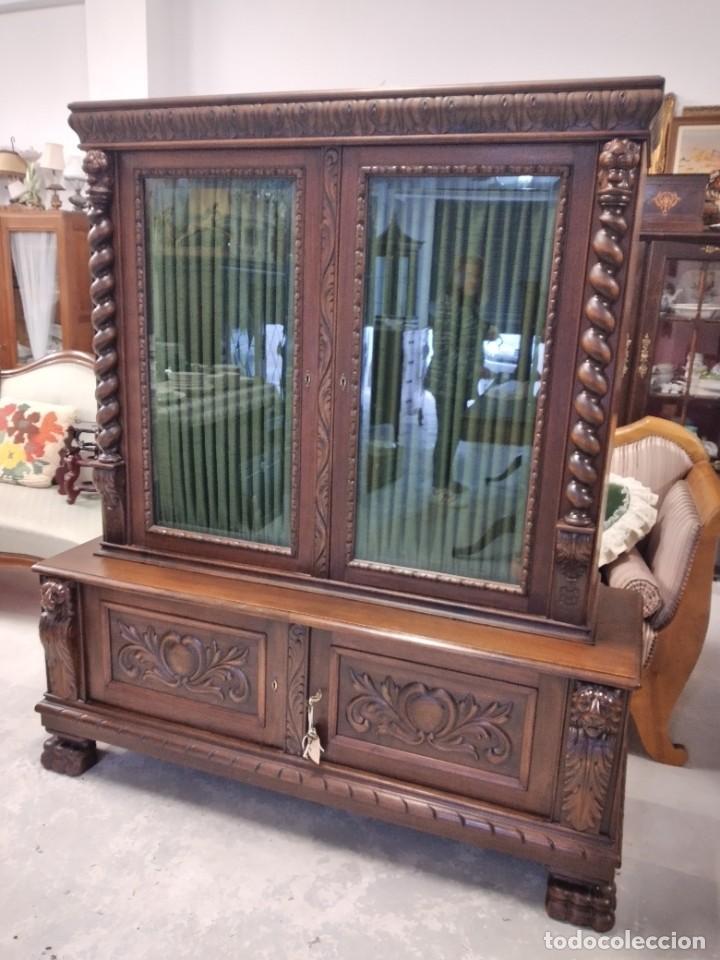 Antigüedades: Precioso vitrina isabelina de madera de roble macizo con cabezas y garras de león talladas. - Foto 4 - 254810050