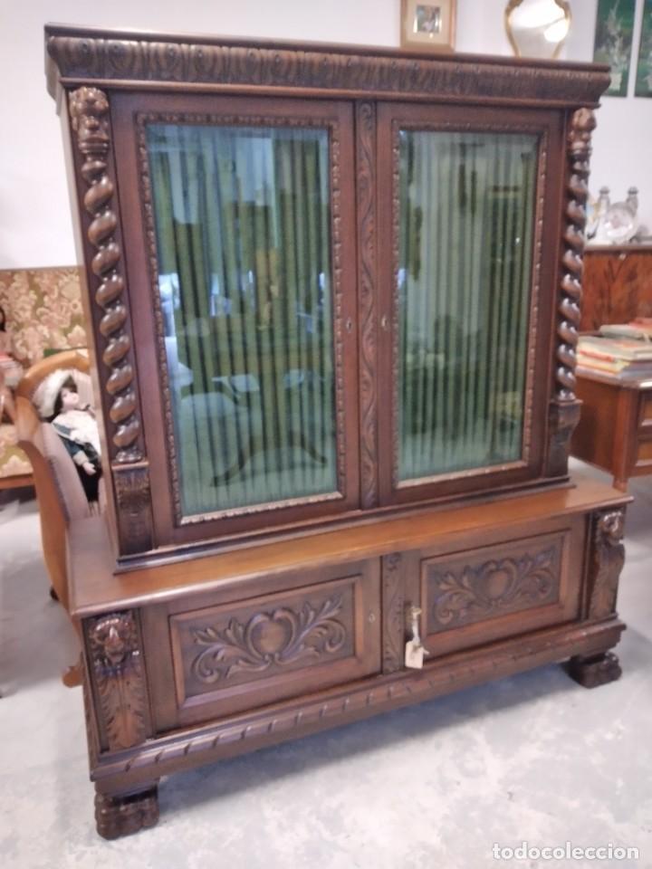 Antigüedades: Precioso vitrina isabelina de madera de roble macizo con cabezas y garras de león talladas. - Foto 5 - 254810050