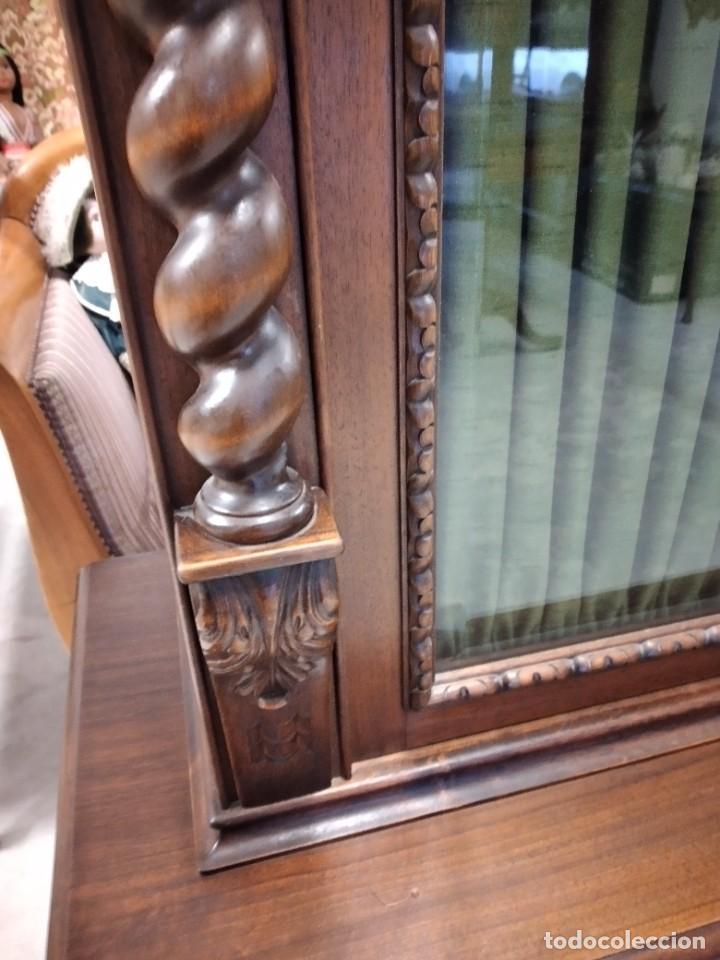 Antigüedades: Precioso vitrina isabelina de madera de roble macizo con cabezas y garras de león talladas. - Foto 7 - 254810050