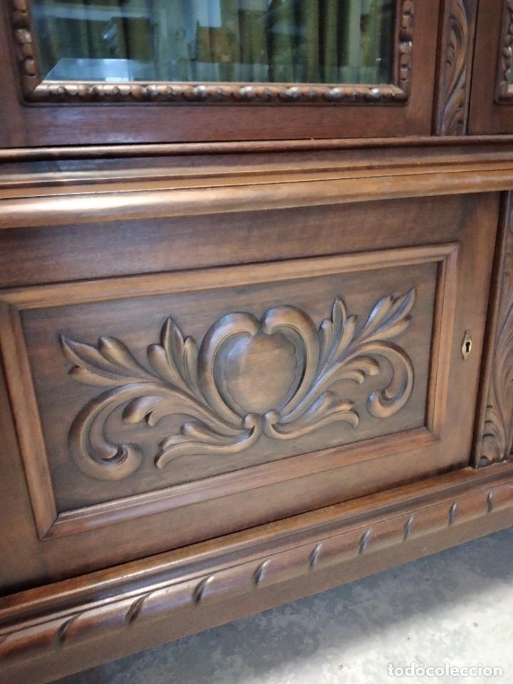 Antigüedades: Precioso vitrina isabelina de madera de roble macizo con cabezas y garras de león talladas. - Foto 10 - 254810050