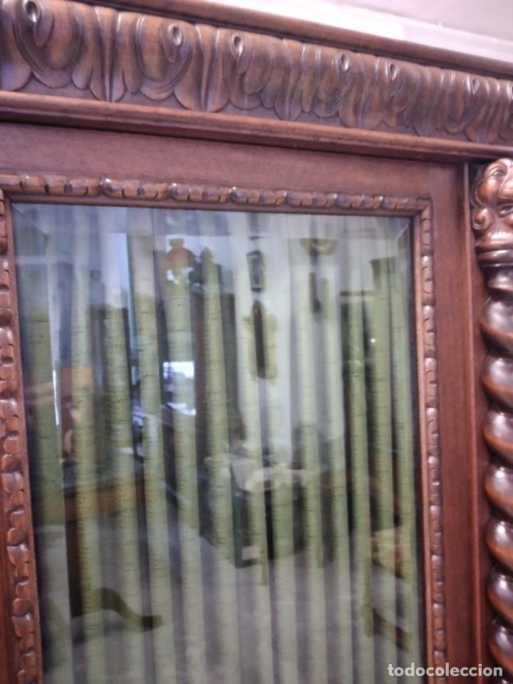 Antigüedades: Precioso vitrina isabelina de madera de roble macizo con cabezas y garras de león talladas. - Foto 12 - 254810050