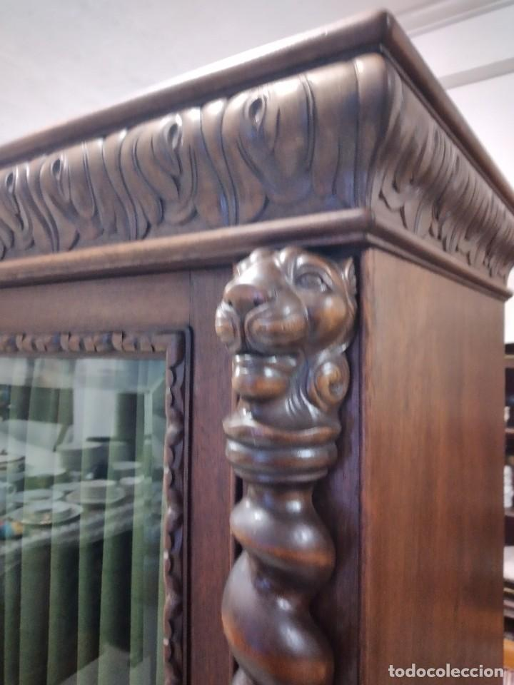 Antigüedades: Precioso vitrina isabelina de madera de roble macizo con cabezas y garras de león talladas. - Foto 13 - 254810050
