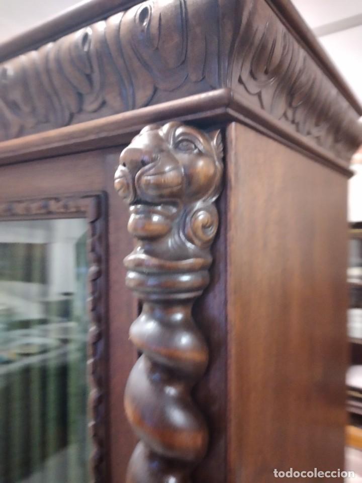 Antigüedades: Precioso vitrina isabelina de madera de roble macizo con cabezas y garras de león talladas. - Foto 14 - 254810050