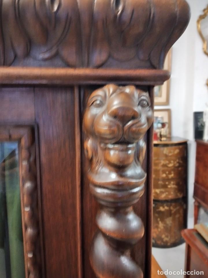 Antigüedades: Precioso vitrina isabelina de madera de roble macizo con cabezas y garras de león talladas. - Foto 15 - 254810050