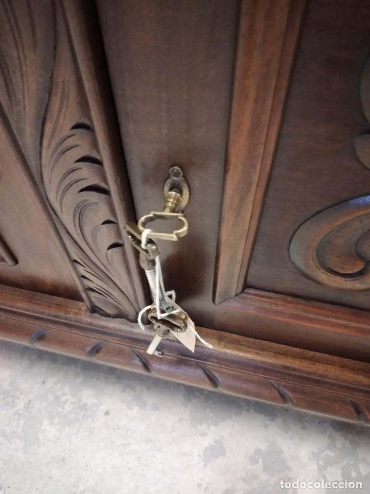 Antigüedades: Precioso vitrina isabelina de madera de roble macizo con cabezas y garras de león talladas. - Foto 19 - 254810050