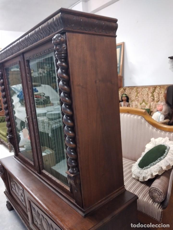 Antigüedades: Precioso vitrina isabelina de madera de roble macizo con cabezas y garras de león talladas. - Foto 24 - 254810050