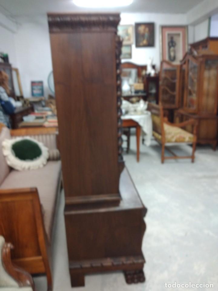 Antigüedades: Precioso vitrina isabelina de madera de roble macizo con cabezas y garras de león talladas. - Foto 26 - 254810050